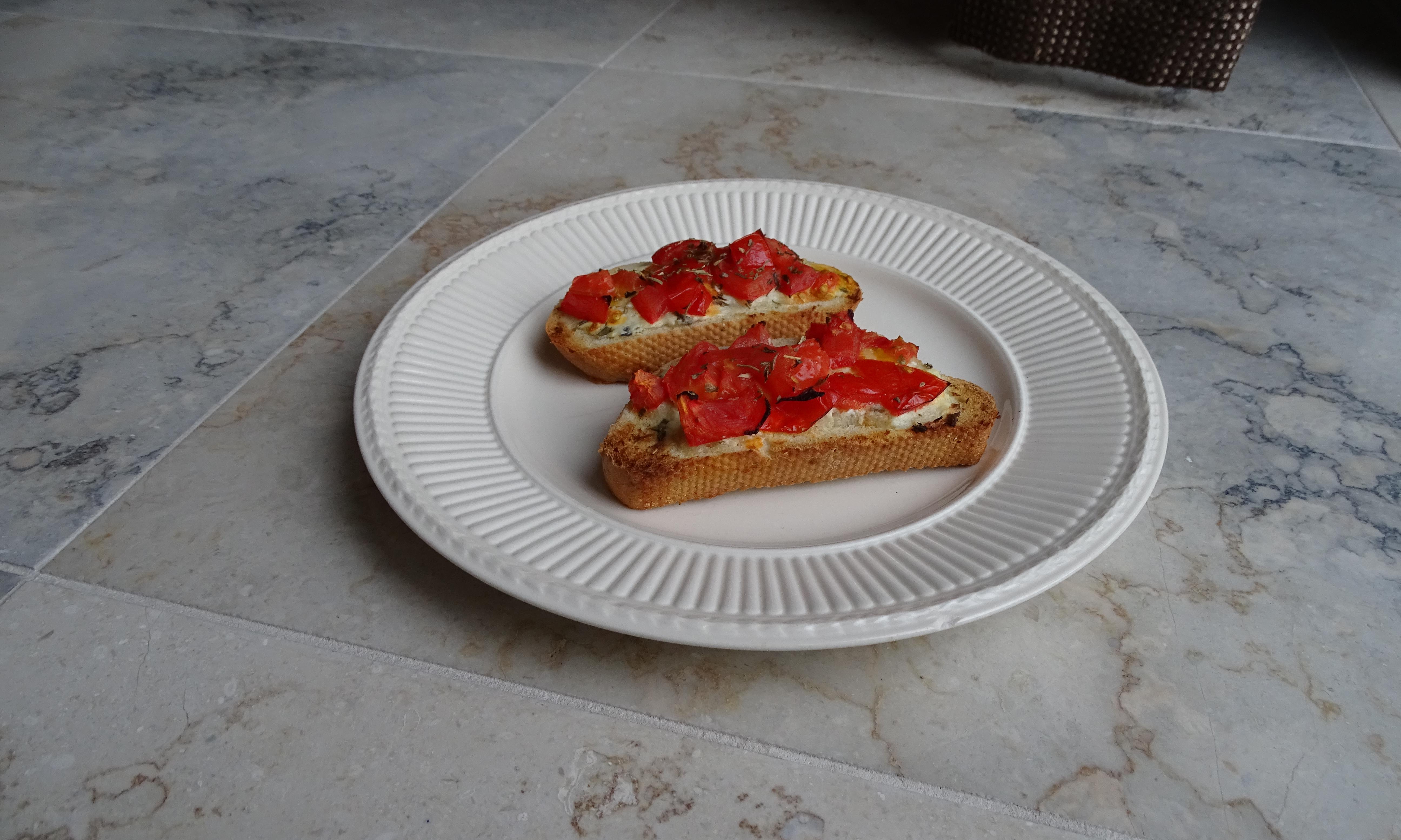 Bruchetta, crostini belegd met gemarineerde en gekruide tomaatreepjes