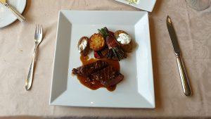 Hertenbiefstuk met courgette en aardappels uit de oven van Vako Vino